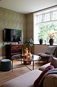 Runder Glastisch im klassischen Wohnzimmer