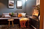 Dunkles Wohnzimmer in Grau und Ocker