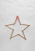Stern aus einem Meterstab an weißer Wand