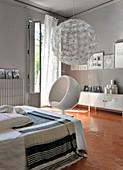 Schlafzimmer in Grau und Weiß mit Wabenfliesenboden