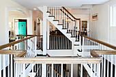 Treppen zu den verschiedenen Stockwerken mit umlaufender Galerie