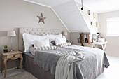Ländliches Schlafzimmer in Grau, Beige und Weiß