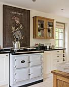 Vintage, französisches Schild über Herd in rustikaler Küche
