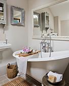 Frei stehende Badewanne und Wandspiegel im Badezimmer