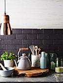 Verschiedene Küchenutensilien auf Arbeitsplatte