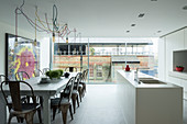 Moderne Wohnküche mit Kücheninsel und Fensterfront