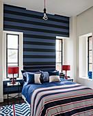 Schlafzimmer in Blau, Weiß und Rot mit Streifen