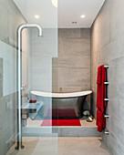 Freistehende Badewanne im kleinen Bad mit moderner Dusche