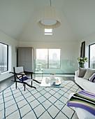 Modernes Wohnzimmer mit offener Decke und Panoramablick