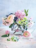 Kleiner Frühlingsstrauß in einer Vase
