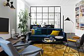Elegantes Wohnzimmer mit gelben Farbakzenten und Designermöbeln