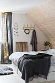 Rustikales Schlafzimmer mit Dachschräge