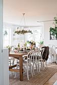 Weihnachtlich gedeckter Tisch im Esszimmer in Naturtönen