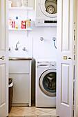 Blick auf Waschmaschine in einer Waschraum