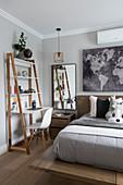 Modernes Schlafzimmer in Erdfarben mit Schreibtisch