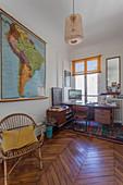 Vintage-Möbel im Arbeitszimmer eines Pariser Altbaus