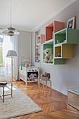 Hellgraues Kinderzimmer im Altbau mit pastellfarbener Deko