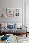 Moderne, pastellfarbene Deko im hellgrauen Kinderzimmer