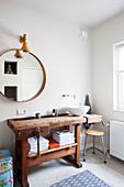 Alte Werkbank aus Holz als Waschtisch