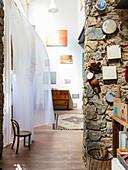 Natursteinwand in mediterraner Künstlerwohnung
