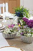 Frühlingsblumen in Vintage Backformen als Tischdeko