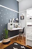 Wandregal mit integriertem Schreibtisch an grauer Wand im Kinderzimmer