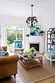 Sommerliches Wohnzimmer mit amerikanischem Stilmix