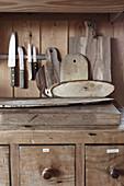 Messer und Holzbretter über Küchenunterschrank