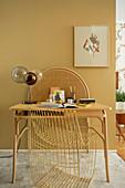 Kleiner Schreibtisch mit Tischlampe und Designerstuhl