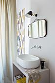 Waschtisch mit Aufsatzbecken und Duschbereich hinter Vorhang im Badezimmer
