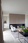 Modernes Wohnzimmer in Erdfarben mit Natursteinboden