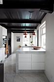 Moderne Küche mit Boden und Möbeln aus Marmor