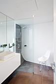 Modernes Bad mit ebenerdiger Dusche und abgerundeten Ecken