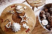 Weihnachtsschmuck auf rustikalem Holzhocker