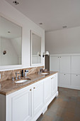 Doppelwaschtisch mit Marmorplatte und weißem Unterschrank in großzügigem Badezimmer