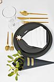 Weihnachtliche Tischdeko in Schwarz, Weiß und Gold
