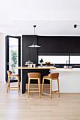 Barhocker am Frühstückstresen in moderner Küche