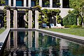 Garten mit Pool und Sonnenliegen