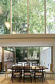 Esstisch vor der Fensterfront im schmalen Architektenhaus