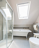 Moderne freistehende Wanne im Bad unter der Dachschräge