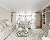 Elegantes Wohnzimmer in Grautönen mit hellblauen Akzenten