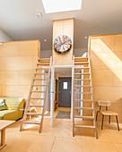 Zwei Leitern zur Zwischenebene im offenen Wohnraum
