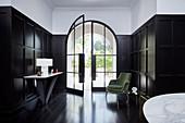 Elegante Eingangshalle mit Glastür, Kassettenverkledung und dunklem Holzboden