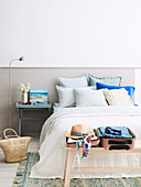 Two-tone wall in the bedroom in summery natural tones
