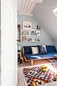 Sofa im Jugendzimmer unter der Dachschräge