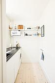 Kleine schmale Küche in weiß mit schwarzer Arbeitsplatte
