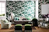 Grün-weiße Tapete mit Blumenmuster und farblich passende Sitzmöbel im Wohnbereich