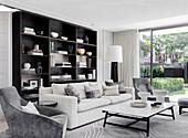 Elegantes Wohnzimmer mit Polstergarnitur und Regalwand