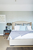 Shimmering wallpaper in the bedroom in silver-gray