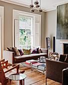 Moderne Möbel im Altbau-Wohnzimmer mit Stuckdecke